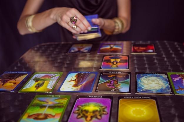 Wróżbita prognozuje przyszłość kartami tarota
