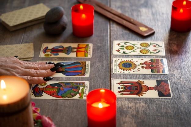 Wróżka czytająca przyszłość za pomocą kart tarota na rustykalnym stole
