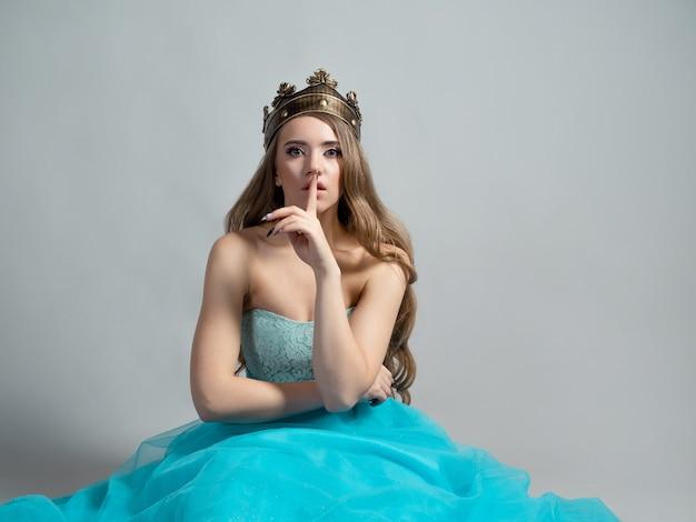 Wróżka księżniczka w koronie trzyma palec przy ustach ciii, to tajemnica