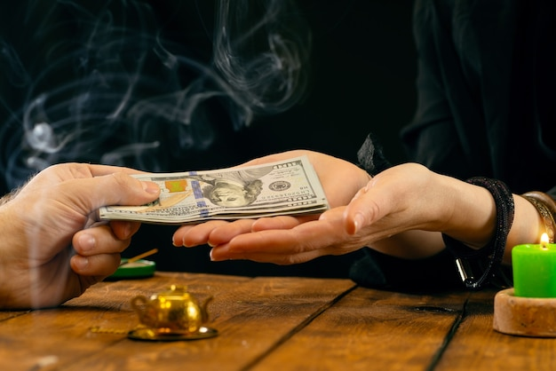 Wróżka lub wyrocznia bierze pieniądze za swoją pracę. ręczne wróżenie, geromancja. odczyty psychiczne i pojęcie jasnowidzenia