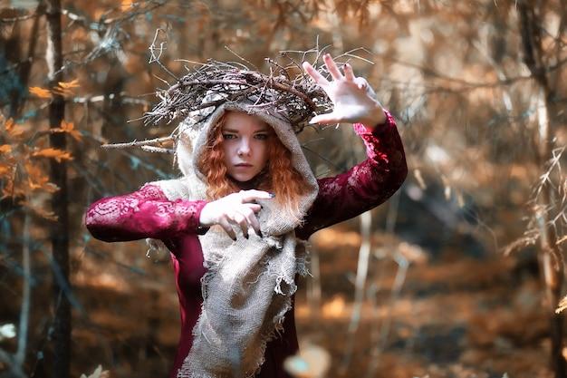 Wróżka odprawia rytuał w głębi lasu