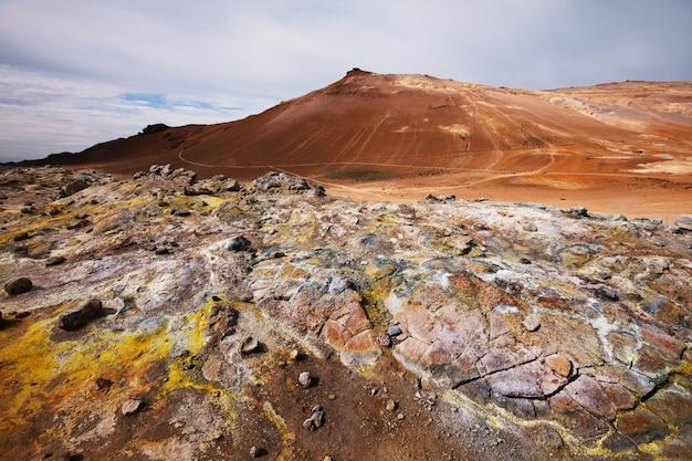 Wrzące kałuże błota w geotermalnym krajobrazie na islandii
