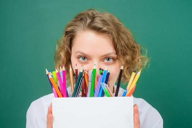 Wrzesień powrót do szkoły zabawny nauczyciel przybory szkolne długopis ołówki edukacja praca w szkole nauczyciel in