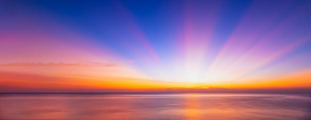 Wschód lub wschód słońca nad morzem.