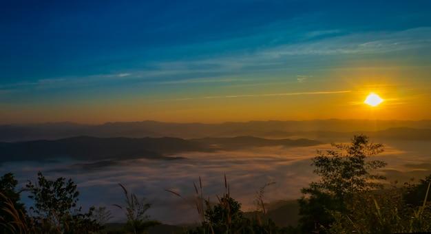 Wschód słońca i halna mgła przy doi samer dao sri nan parkiem narodowym thailand