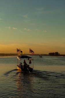 Wschód słońca, łódź u wybrzeży morza czerwonego lotosu udonthani, tajlandia