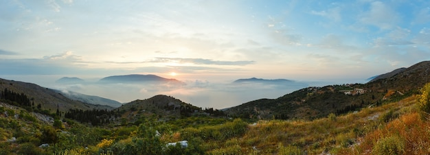 Wschód słońca mglisty letni krajobraz górski kefalonia, grecja.