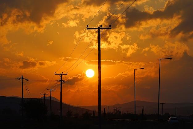 Wschód słońca na autostradach środkowej grecji w pobliżu miasta tebe