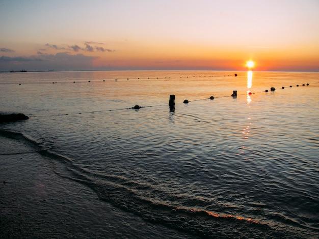 Wschód słońca na fali morskiej