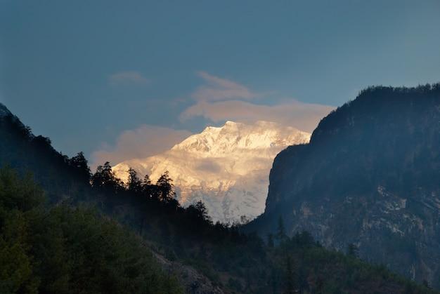 Wschód słońca na górze annapurna south, nepal