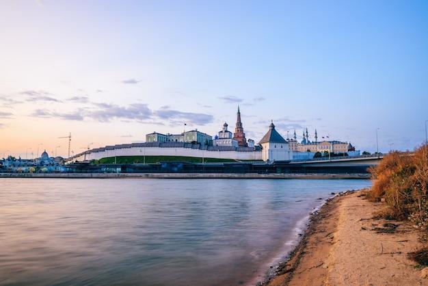 Wschód słońca na kremlu kazańskim i rzece kazance