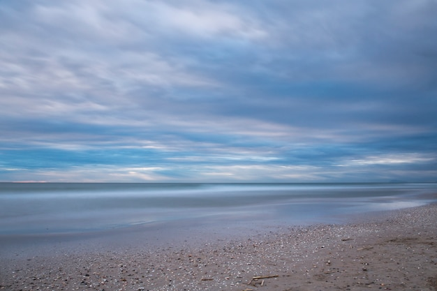 Wschód słońca na plaży saler, fotografia z długim czasem naświetlania
