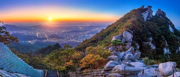 Wschód słońca na szczycie baegundae i góry bukhansan jesienią, seul w korei południowej