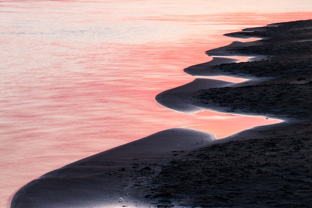 Wschód słońca na tle streszczenie rzeki. poranne odbicie nieba w wodzie