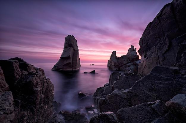 Wschód słońca na wybrzeżu morza czarnego w pobliżu sozopolu