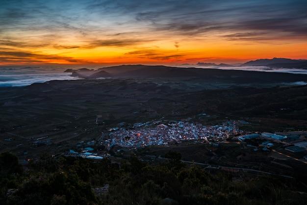 Wschód słońca nad doliną między górami z mgłą la font de la figuera valencia hiszpania