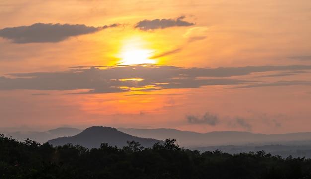 Wschód słońca nad górą.