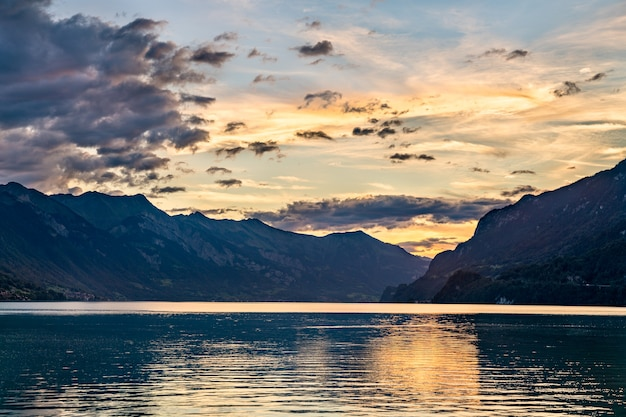 Wschód słońca nad jeziorem brienz w pobliżu interlaken w szwajcarii