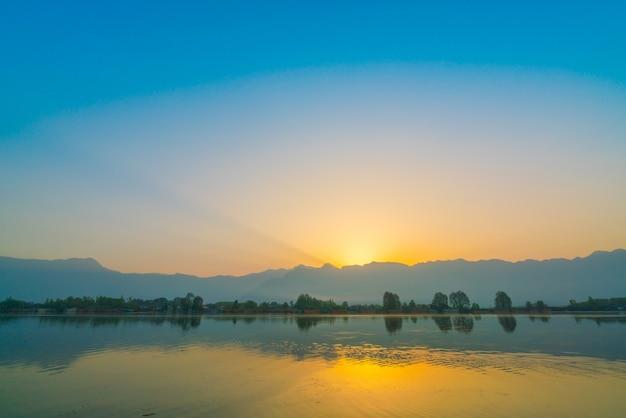 Wschód słońca nad jeziorem dal, kaszmir w indiach.