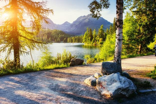 Wschód słońca nad jeziorem w parku wysokie tatry. shtrbske pleso,