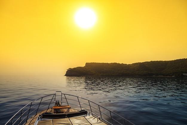 Wschód słońca nad małą wyspą na morzu śródziemnym. widok z jachtu