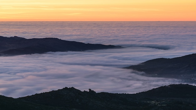 Wschód słońca nad mgłą