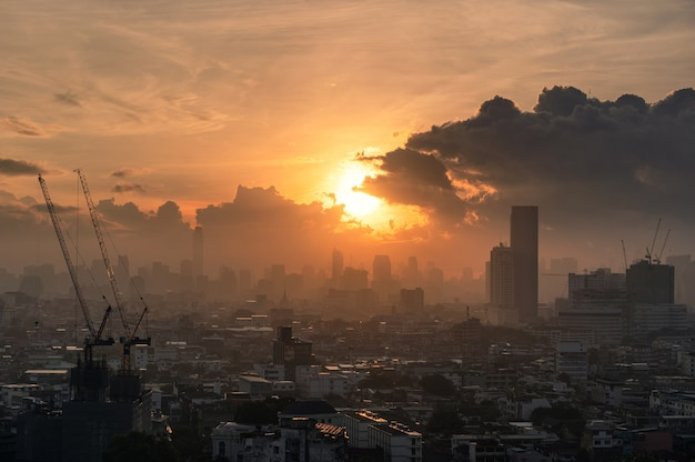 Wschód słońca nad miastem bangkok z zatłoczonym budynkiem w centrum miasta w tajlandii
