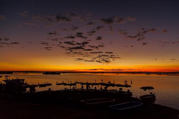 Wschód słońca nad morzem czerwonego lotosu udonthani, tajlandia