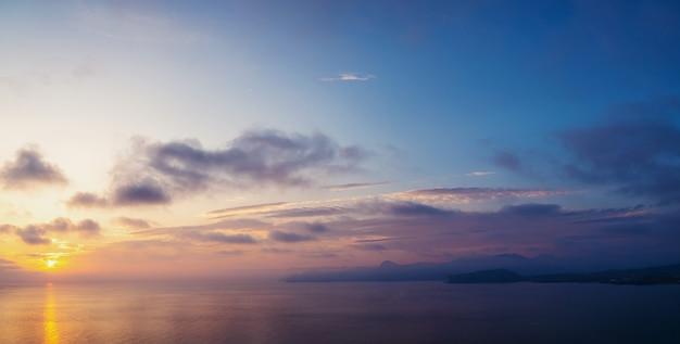 Wschód słońca nad morzem i piękna chmura