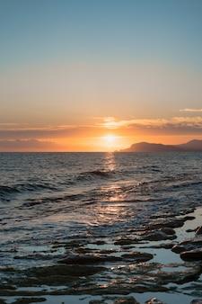 Wschód słońca nad morzem i piękny krajobraz