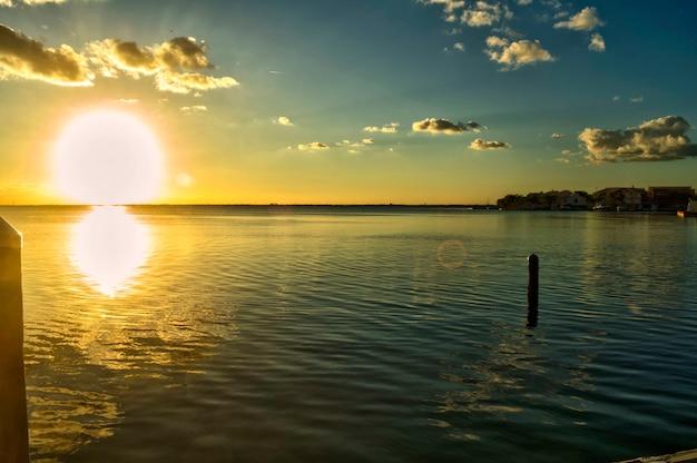 Wschód słońca nad morzem. panorama. kolorowy zachód słońca nad oceanem. pochmurne niebo. piękna plaża na riwierze majów podczas spokoju świtu.