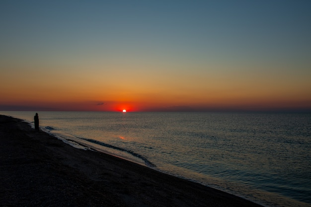 Wschód słońca nad morzem piękny wschód słońca nad oceanem lato nad morzem poranek nad morzem