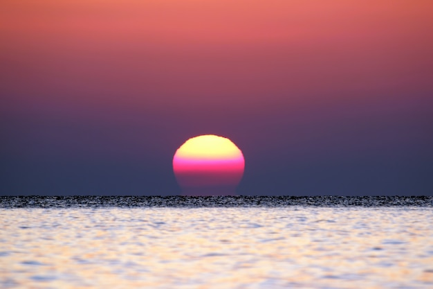 Wschód słońca nad morzem z bliska