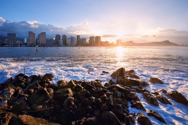 Wschód słońca nad plażą waikiki i diamond head, honolulu, oahu, hawaje, usa