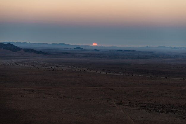 Wschód słońca nad pustynią namib w cudownym namib naukluft parku narodowym, podróży miejsce przeznaczenia w namibia, afryka.