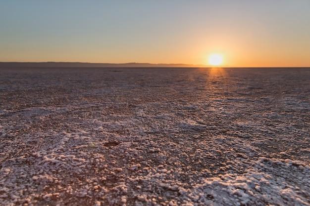 Wschód słońca nad słonym jeziorem chott el djerid w tunezji na saharze