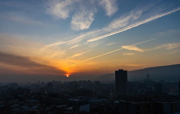 Wschód słońca nad tbilisi, gruzja