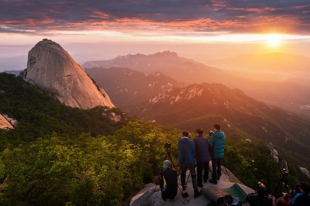 Wschód słońca o poranku w górach bukhansan