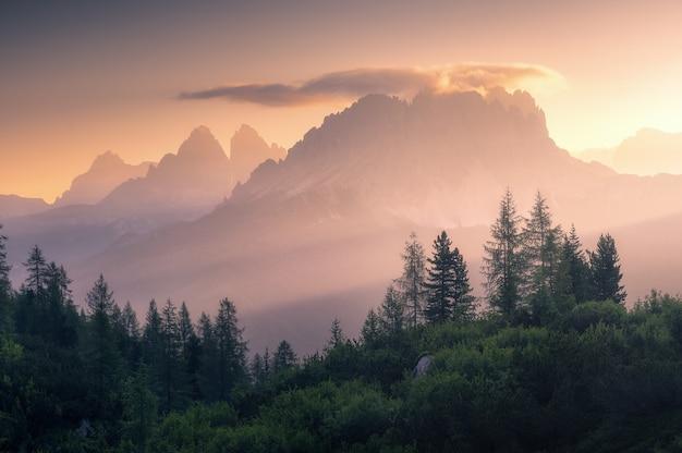 Wschód słońca po drugiej stronie trzech szczytów