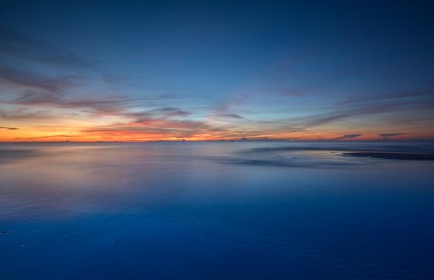 Wschód słońca przy morzem, tajlandia