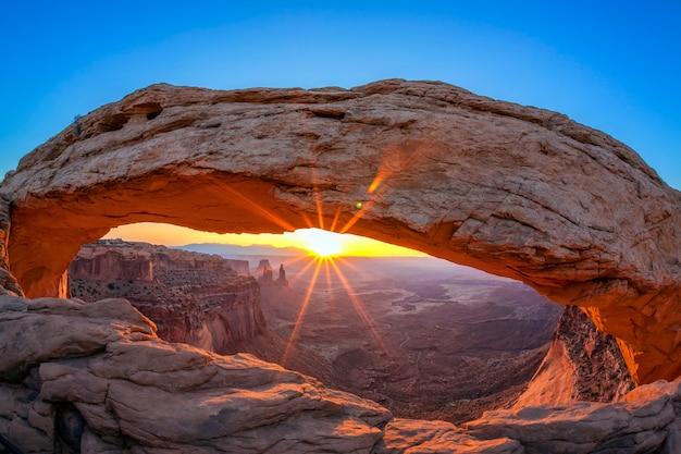 Wschód słońca przy słynnym mesa arch
