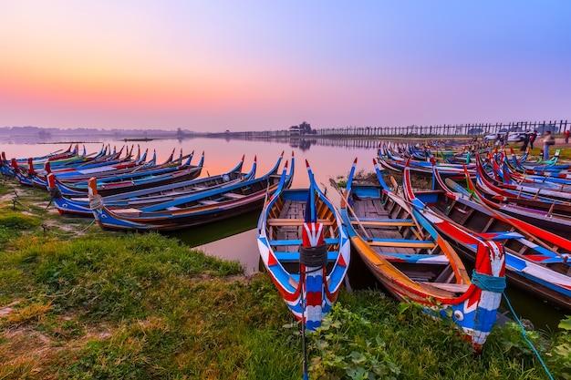 Wschód słońca przy u bein mostem z łodzią, mandalay, myanmar.