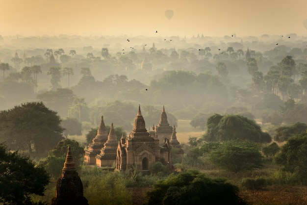 Wschód słońca scena przy pagodowym antycznym miasta polem w bagan myanmar