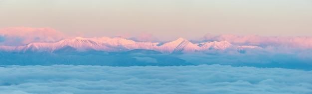 Wschód słońca w alpach japonii