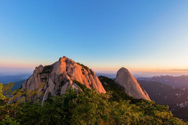 Wschód słońca w bukhansan mountain seul, korea południowa