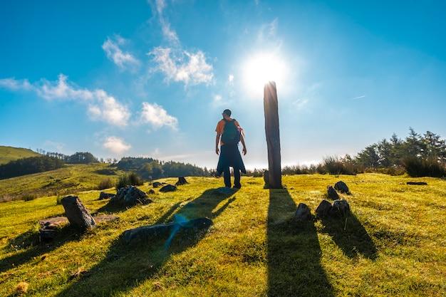Wschód słońca w dolmen na szczycie monte adarra w urniecie, niedaleko san sebastian. gipuzkoa, kraj basków