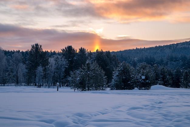 Wschód słońca w górach.