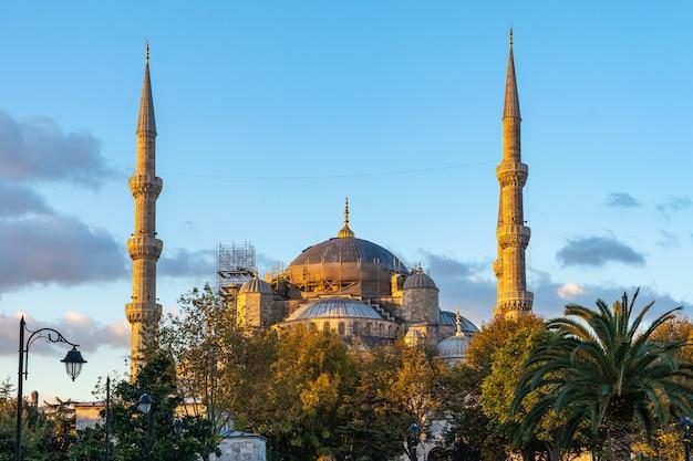 Wschód słońca w istanbuł z widokiem błękitny meczet w turcja
