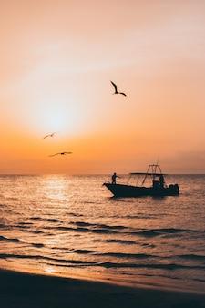 Wschód słońca w łodzi