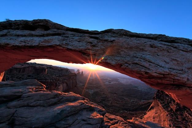 Wschód słońca w mesa arch w parku narodowym canyonlands, utah, usa